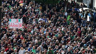 شاهد: مظاهرات ضخمة وسط الجزائر رفضا للانتخابات الرئاسية