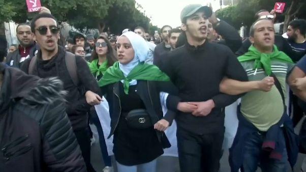 Manifestantes durante una protesta este jueves en Argelia