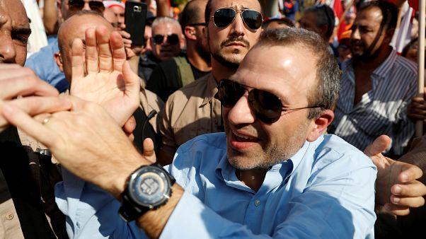 زعيم التيار الوطني الحر جبران باسيل يحيي مؤيده في بعبدا قرب بيروت. 2019/11/03