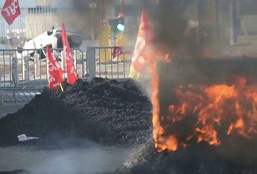 Fransa'nın Marsilya şehrinde liman işçileri emeklilik reformunu protesto etti