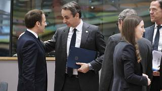 Ο πρωθυπουργός Κυριάκος Μητσοτάκης συνομιλεί με τον Γάλλο Πρόεδρο Εμανουέλ Μακρόν