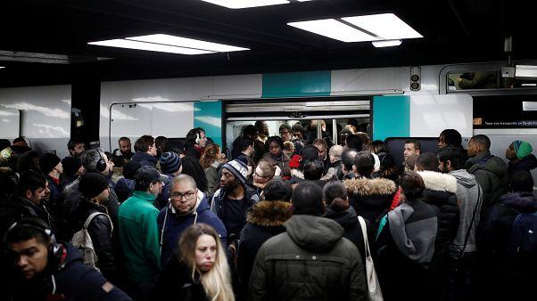 L'impatience monte au 9e jour de grève dans les transports parisiens