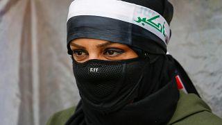 متظاهرة عراقية خلال الاحتجاجات المناهضة للحكومة في بغداد