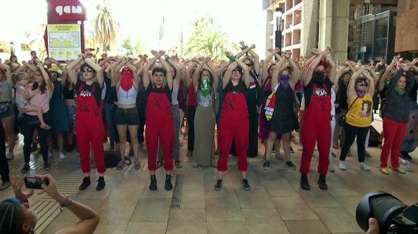 EL grupo Las Tesis al frente de una representación