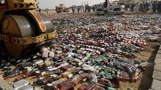 Пакистан: контрабандный ликер ушел под каток