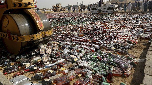 پاکستان؛ مواد مخدر و  مشروباتالکلی به ارزش ۲۵۰ میلیون دلار نابود شد