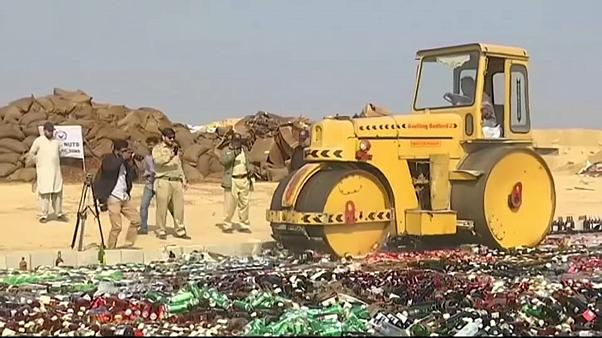 Pakistan macht Schmuggelware platt