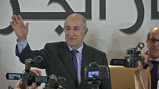 Algerien: Wahlsieger geht auf Demonstranten zu