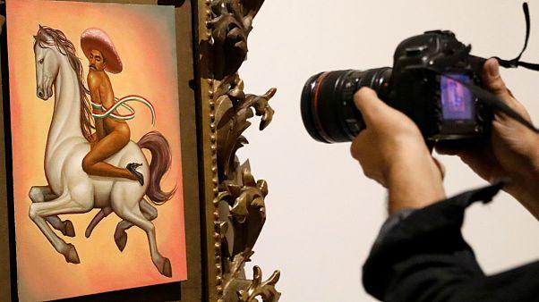Sanatçı Fabian Chairez'in Meksika devrimi kahramanı Emiliano Zapata'yı çıplak tasvir ettiği tablosu