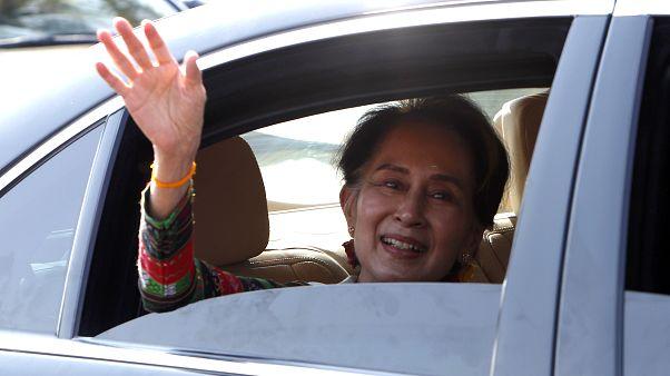Myanmar lideri Suu Kyi, Uluslararası Adalet Divanı'ndaki soykırım suçlamalarına karşı ülkesini savunduktan sonra ülkeye döndü. Suu Kyi, görkemli bir törenle karşılandı