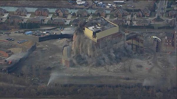ABD'de asırlık enerji santrali patlatılarak yıkıldı