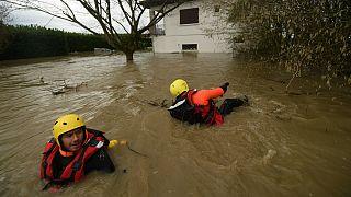 Equipas de bombeiros inspecionam um bairro inundado em Peyrehorade