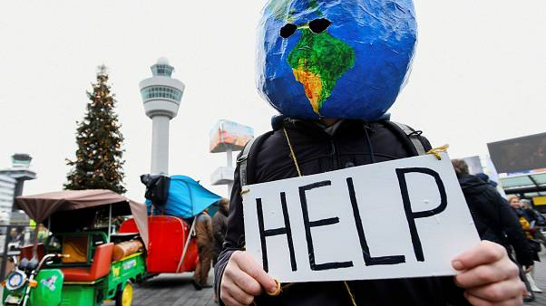 Hollandia: klímatüntetés az Amszterdam-Schiphol Nemzetközi Repülőtéren