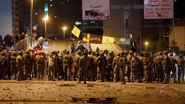 """شاهد: عندما """"تنفلت أعصاب"""" عناصر حزب الله وأمل.. اشتباكات مع المتظاهرين وقوى الأمن"""