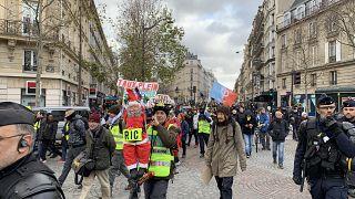 Fransa'da Sarı Yelekliler, Cumhurbaşkanı Emmanuel Macron yönetiminin politikalarını protesto etmek için yeniden sokağa çıktı. Paris'teki gösteride bir kişi gözaltına alındı