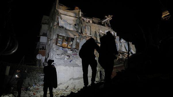 Arnavutluk'ta savcılar, depremde yıkılan binalarda suçu bulunan 17 kişi hakkında yakalama kararı çıkardı