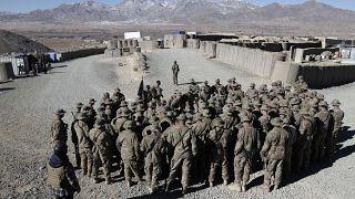 عدد من الجنود الأمريكيين يستمعون إلى الجنرال جيمس ماكونيفل قائد قوات الناتو خلال زيارة زايرة إلى وردك شرق أفغانستان خلال عطلة عيد الميلاد. 25/12/2013