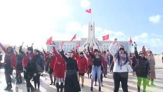 """فيديو: """"تحرش اغتصاب إفلات من عقاب"""".. تونسيات يغنين بالعربية """"مغتصب في طريقك"""" ومن تشيلي بدأ المشوار"""
