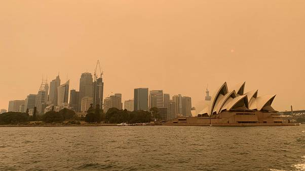 Des militants d'Extinction Rebellion manifestent devant l'Opéra de Sydney