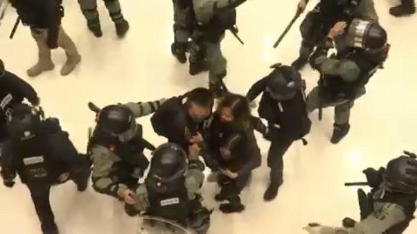 Rohamrendőrök több hongkongi plázában