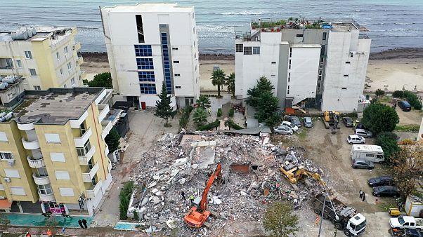 Operação de limpeza de um edifício colapsado em Durres após o sismo