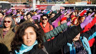 """سيدات تركيات يغنين """"مغتصب في طريقك"""" التشيلية بمدينة إسطنبول خلال مظاهرة احتجاجية ضد العنف الذكوري. 15/12/2019"""