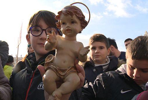 Папа Римский Франциск благословил фигурки Младенца Иисуса