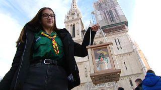 """شاهد: نقل """"ضوء السلام"""" من بيت لحم إلى كاتدرائية زغرب في كرواتيا"""