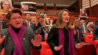 El himno feminista chileno 'el violador eres tú' irrumpe en el Parlamento turco