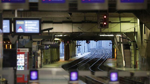 محطة مونت بارناس للقطارات بالعاصمة الفرنسية باريس. شلل تام في اليوم الحادي عشر للإضراب ضد إصلاح نظام التقاعد 15/12/2019