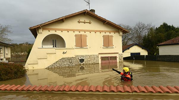 Um bombeiro verifica a situação junto a uma casa de Peyrehorade afetada pelas cheias