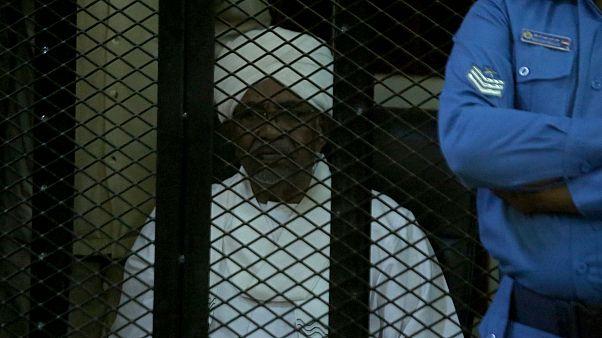 Eski Sudan Devlet Başkanı Ömer el-Beşir, devam eden davalarda suçlu bulunması durumunda, idam cezası ile karşı karşıya kalabilir