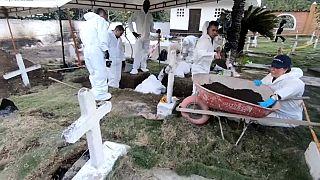 Exhumaciones en Colombia para investigar el asesinato de civiles para disfrazarlos de guerrilleros