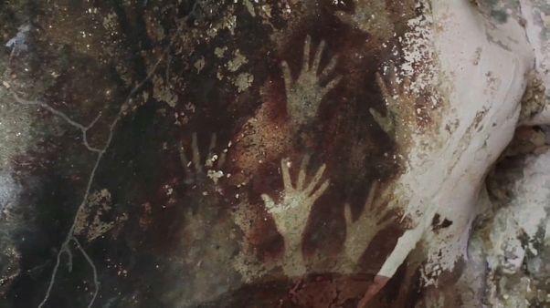 اكتشاف أقدم رسم جداري ما قبل التاريخ على شكل قصة مصورة في أحد كهوف إندونيسيا