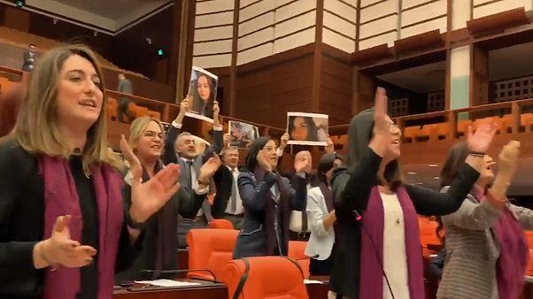 رقص اعتراضی «تو متجاوز هستی» به پارلمان ترکیه رسید