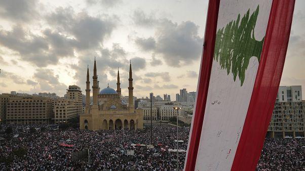 """شاهد: """"السنيورة واحد منن"""" .. طرد رئيس وزراء لبناني سابق من الجامعة الأمريكية في بيروت"""