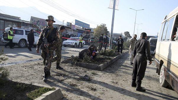 انفجار بمب کنار جادهای در ولسوالی علیشیر افغانستان جان ۱۰ غیرنظامی را گرفت