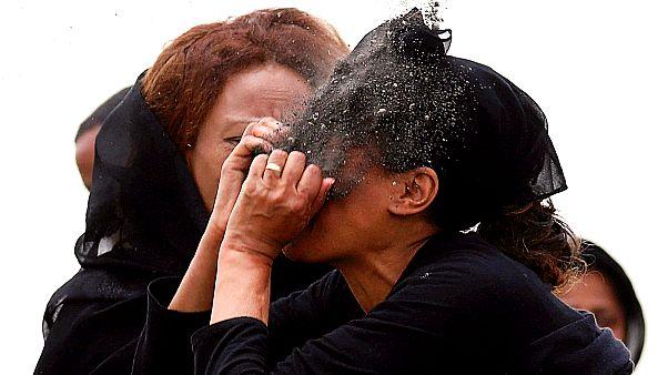 Etiyopya'da 157 kişinin öldüğü uçak kazasındaki kurbanların yakınlarından biri, ölüm haberini alıyor