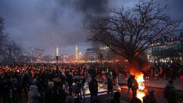الرشطة تطلق الغاز المسيل للدموع لتفريق المتظاهرين في باريس