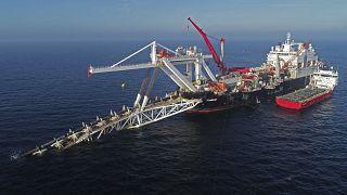 """سفينة في بحر البلطيق تعمل على مدّ خط أنابيب الغاز الطبيعي """"نورد ستريم 2"""" من روسيا إلى ألمانيا"""