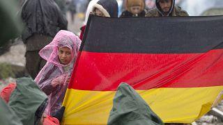 Yunanistan'ın Idomeni kasabasında Alman bayrağı açan göçmen çocukları