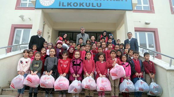 Kahramanmaraş'ta ihtiyaç sahibi bin 100 öğrenciye kışlık kıyafet ve ayakkabı yardımı yapıldı.