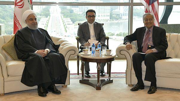 حسن روحانی و مهاتیر محمد در حاشیه اجلاس کشورهای اسلامی در کوالالامپور