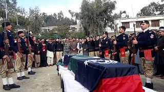 Pakistan'da aşı yapan ekibi koruyan 2 polis memuru silahlı saldırıda hayatını kaybetti