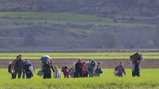 مهاجرون بالقرب من الحدود اليونانية