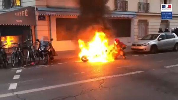 Paris'te protestolar sırasında yanan motora itfaiye ekipleri müdahale etti