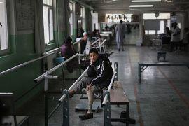 Abudullah protez ayağına alışmak için rehabilitasyon merkezinde egzersiz yapıyor