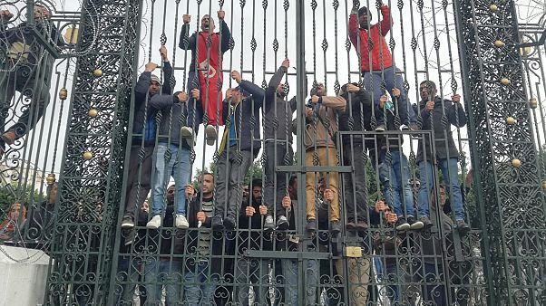 محتجون يحاولون اقتحام البرلمان التونسي ويهددون بحرق أنفسهم