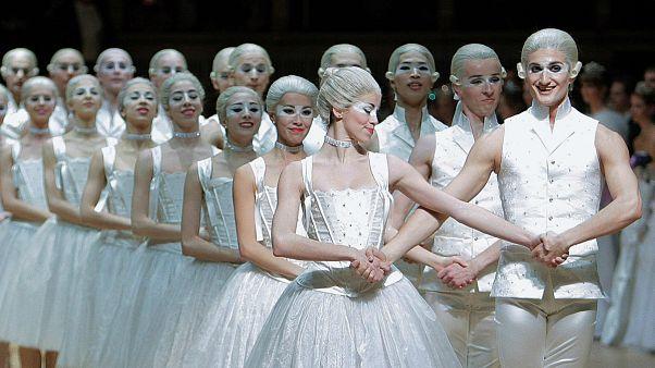 Botrány a bécsi balettnél: cigivel a fogyásért