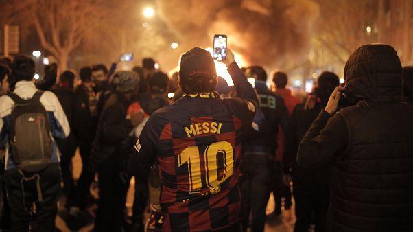 Proteste a Barcellona contro il governo spagnolo. Anche indossando la maglia di Messi.